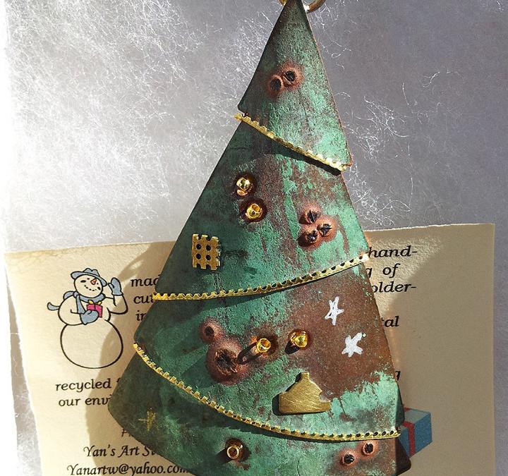 Alberi di Natale alternativi: come riciclare carta, plastica, legno e metallo