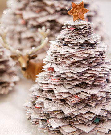 Albero di Natale realizzato con giornali sovrapposti