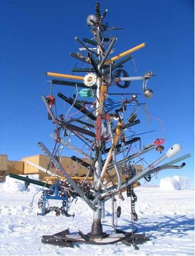 Albero natalizio esterno addobbato con materiale di scarto e cianfrusaglie varie