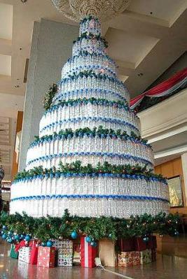 Albero di Natale con bottiglie di plastica riciclata