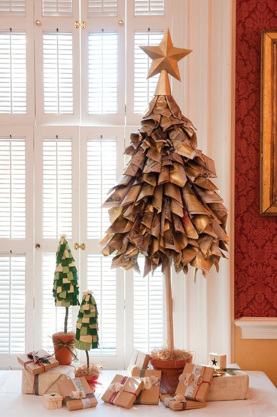 Albero di Natale realizzato con carta di giornale arrotolata e verniciata
