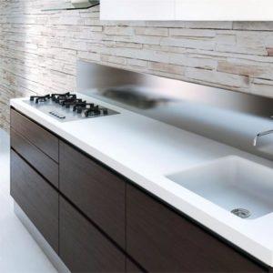 Top in Corian® con vasca integrata.