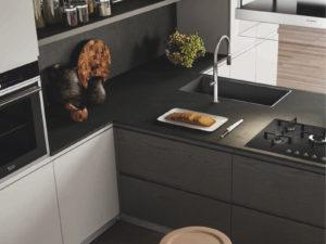 Esempio di piano cucina in Okite grigio effetto pietra