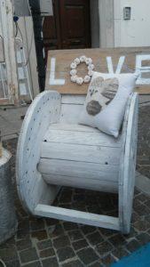 Poltrona artigianale di Paolo Spigolon, ricavata da una bobina in legno